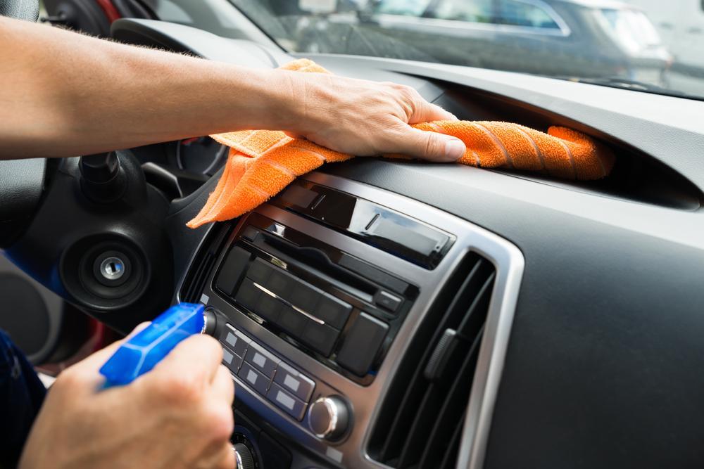 Nettoyage du matériel électronique de la voiture
