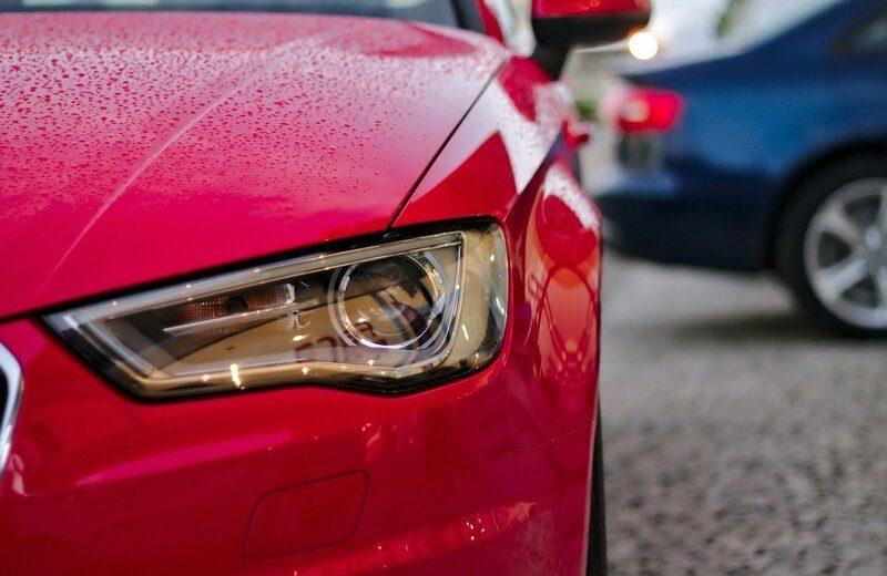 Un phare de voiture rouge