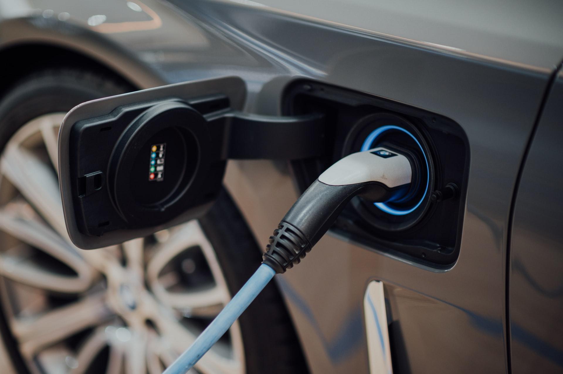 Pourquoi opter pour un véhicule hybride ou électrique ?