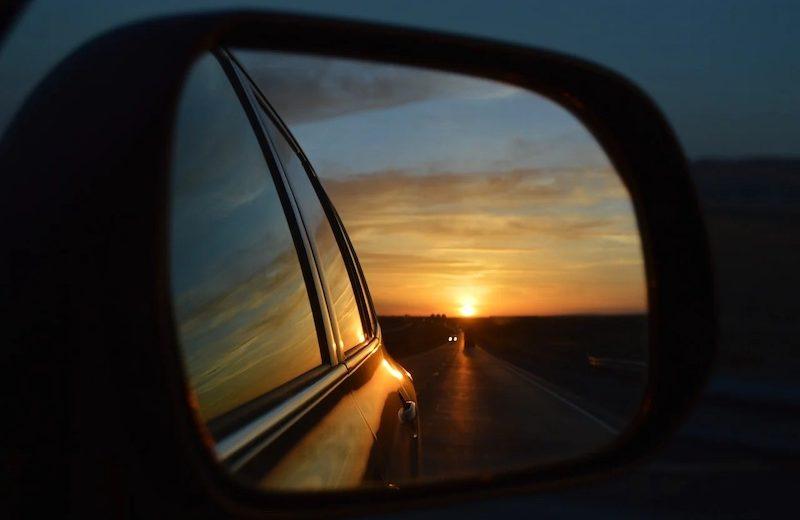 Remplacer son miroir de rétroviseur avec des miroirs adaptables pour faire des économies